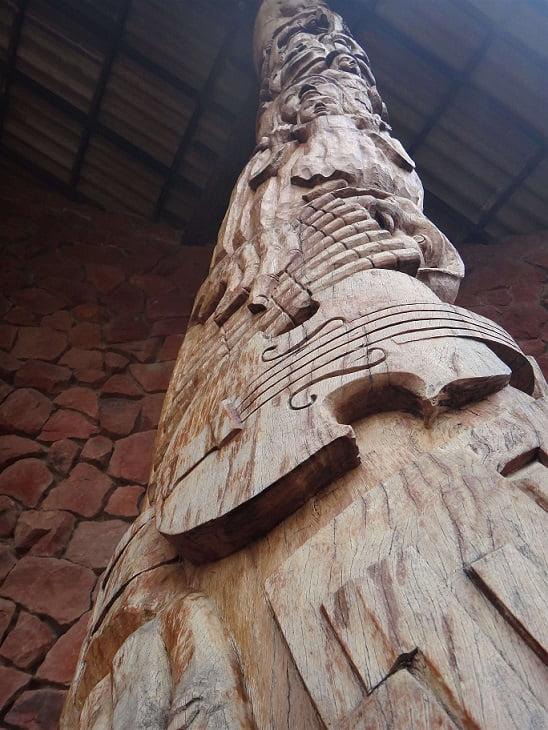 Carved pillar Chochis